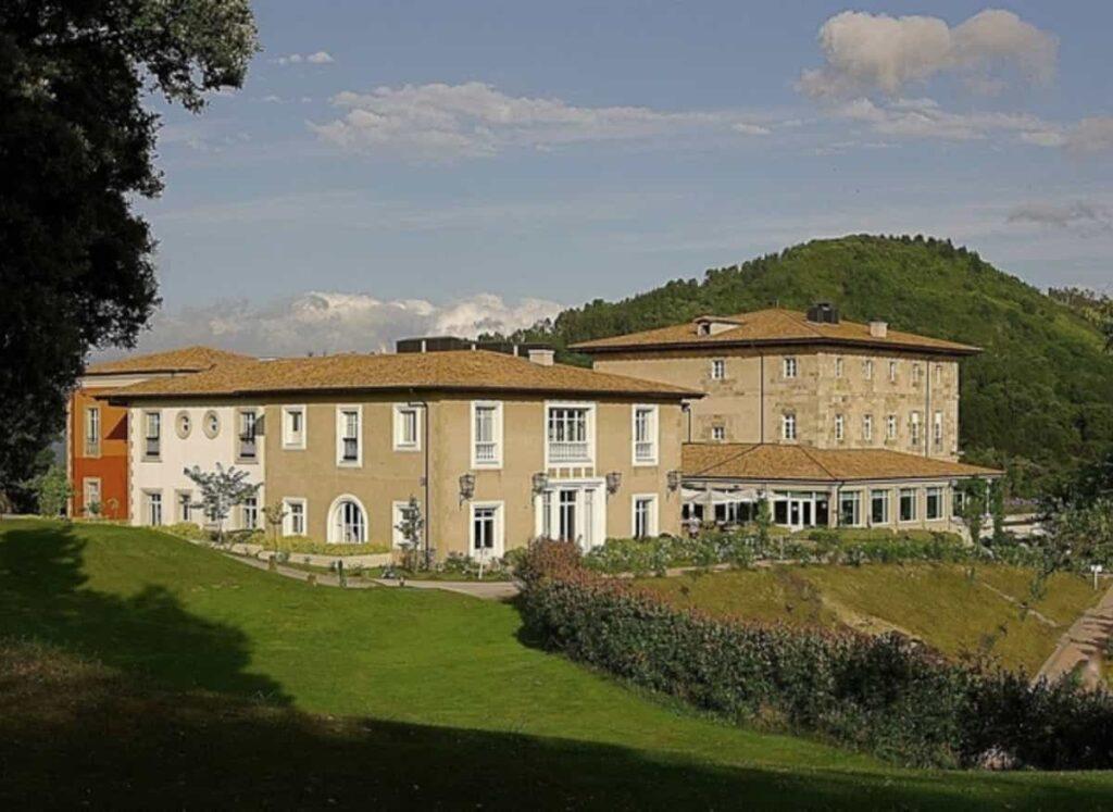 En Bizkaia tendremos una de las escapadas más románticas al poder alojarnos en el palacio de Urgoiti